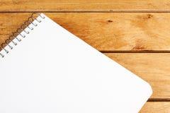 Leerer Notizblock auf Holztisch Stockfotos