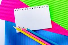 Leerer Notizblock, Bleistifte und buntes Papppapier Stockbilder