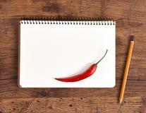 Leerer Notizblock für Rezepte mit Pfeffer für Ihre Einkaufsliste Stockbild