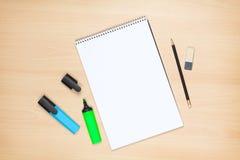 Leerer Notizblock, Leuchtmarker, Bleistift und Radiergummi Stockfotografie