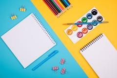 Leerer Notizblock mit blauem Stift Lizenzfreie Stockbilder