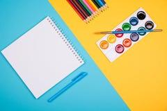 Leerer Notizblock mit blauem Stift Stockbilder