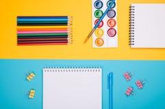 Leerer Notizblock mit blauem Stift Stockbild