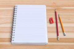 Leerer Notizblock mit Bleistift und Bleistiftspitzer Lizenzfreie Stockfotografie