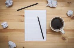 Leerer Notizblock mit Bleistift und Kaffee Stockfotografie