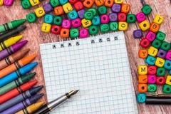 Leerer Notizblock mit Farbbleistift und -würfeln Stockbilder
