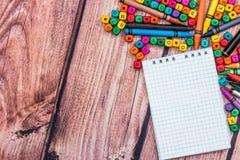 Leerer Notizblock mit Farbbleistift und -würfeln Stockbild