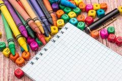 Leerer Notizblock mit Farbbleistift und -würfeln Stockfoto