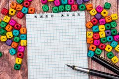Leerer Notizblock mit Farbbleistift und -würfeln Stockfotografie
