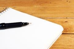 Leerer Notizblock mit schwarzem Stift Lizenzfreie Stockfotos