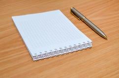 Leerer Notizblock mit Stift Stockfotos