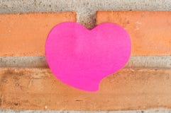 Leerer Notizblock oder klebriges Anmerkungsrosa auf Backsteinmauerhintergrund stockfotografie
