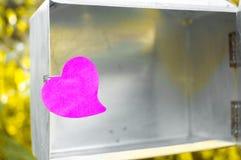 Leerer Notizblock oder klebriges Anmerkungsrosa auf Briefkasten mit Sonnenlichtba stockfotografie