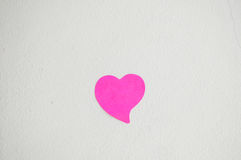 Leerer Notizblock oder klebriges Anmerkungsrosa auf weißem Mörserwand backgro stockbilder