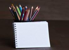 Leerer Notizblock und bunte Bleistifte Lizenzfreies Stockbild