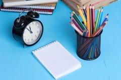 Leerer Notizblock und bunte Bleistifte Stockfotografie