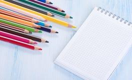 Leerer Notizblock und bunte Bleistifte Stockfoto