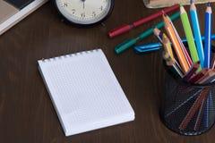 Leerer Notizblock und bunte Bleistifte Lizenzfreie Stockfotos