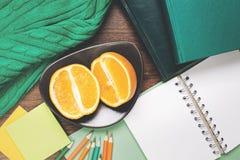 Leerer Notizblock und Frucht auf Tabelle Lizenzfreie Stockbilder
