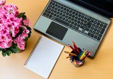 Leerer Notizblock und Laptop auf Schreibtisch Stockbilder