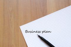 Leerer Notizbuch- und Tintenstift auf einem hölzernen Schreibtisch Lizenzfreie Stockfotografie