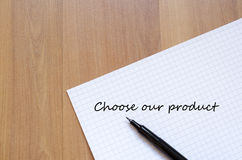 Leerer Notizbuch- und Tintenstift auf einem hölzernen Schreibtisch Stockfotos