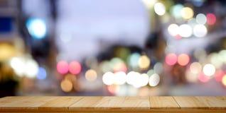 Leerer oberster hölzerner Tabellen- und Unschärfestadtnachthintergrund Stockbild