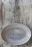 Leerer ovaler Teller über rustikales Bauholz-Draufsicht Stockfoto