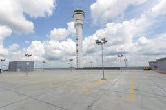 Leerer Parkplatz an der Flughafenstation Stockfotos
