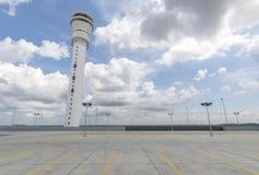 Leerer Parkplatz an der Flughafenstation Lizenzfreies Stockfoto