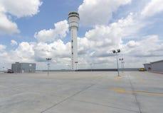 Leerer Parkplatz an der Flughafenstation Stockbild