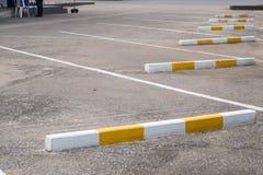 Leerer Parkplatz markiert mit weißen Linien stockbild
