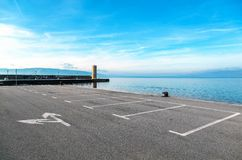 Leerer Parkplatz mit Seelandschaft Stockbilder