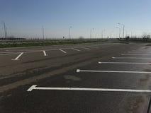 Leerer Parkplatz nahe Landstraße lizenzfreies stockfoto
