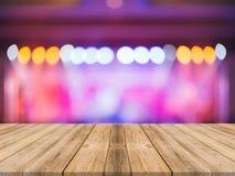 Leerer Perspektivenraum mit funkelnder bokeh Wand und hölzernem Plankenboden, Schablonenspott oben für Anzeige stockfotografie