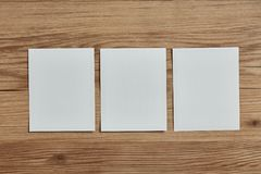 Leerer polaroidrahmen auf hölzernem Hintergrund Stockbilder