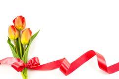 Leerer Postkartenhintergrund mit bunten Blumen und rotem Band Stockfotografie