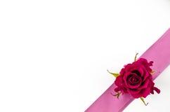 Leerer Postkartenhintergrund mit rosafarbener Blume und rosa Band Stockfotos