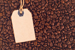 Leerer Rabatt-Weinlese-Preis-Aufkleber und Kaffeebohnen Stockbild
