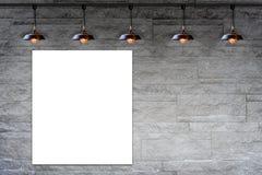 Leerer Rahmen auf dekorativer Backsteinmauer des Granitsteins mit Lampe Stockfotos