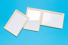 Leerer Rahmen auf einem blauen Hintergrund stockbild