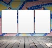 Leerer Rahmen auf Mosaikfliesenwand mit Deckenleuchte Stockfotografie