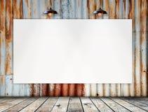 Leerer Rahmen auf Rusted galvanisierte Eisenplatte mit Holzfußboden Lizenzfreie Stockfotografie