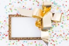Leerer Rahmen des guten Rutsch ins Neue Jahr mit goldenem Band und Konfettis lizenzfreie stockfotografie
