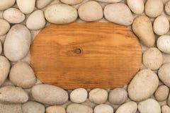 Leerer Rahmen des hellen Holzes und der weißen Steine im Sand Kopieren Sie Platz Lizenzfreies Stockbild