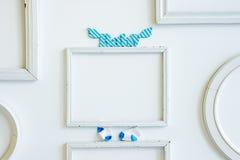Leerer Rahmen für Fotografie, dwith hölzernes Buchstaben Baby und kleine Socken lizenzfreies stockfoto
