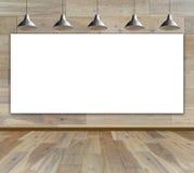 Leerer Rahmen im hölzernen Raum mit Deckenleuchte Stockfoto