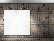 Leerer Rahmen mit Deckenleuchte im schmutzigen Fliesenraum Stockfotografie