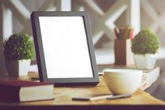 Leerer Rahmen und Kaffee Lizenzfreie Stockfotos