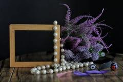 Leerer Rahmen und purpurrote Blumen lizenzfreie stockfotografie
